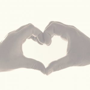 Hände, die als Zeichen der Integration ein Herz formen